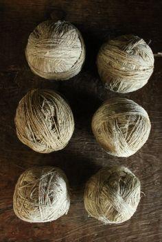 糸の太さが大変アバウト、そのゆるさがとても愛されている定番の糸玉