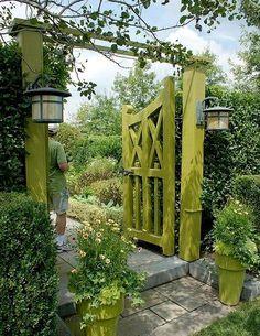 Läckert limegrön portal i trä