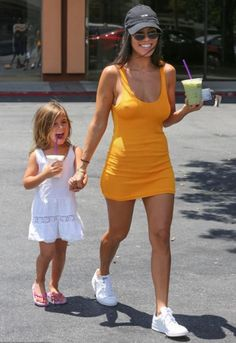 Kourtney Kardashian goes braless under mini dress Kourtney Kardashian, Estilo Kardashian, Kardashian Style, Kardashian Fashion, Kardashian Jenner, Look Fashion, Fashion Photo, Fashion Outfits, Womens Fashion