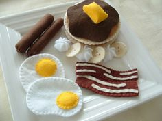 A hearty felt food breakfast of sausage, bacon, eggs, and pancakes with whipped cream and bananas. Yummy and super cute! :) #felt #crafts #food #felt_food #DIY #cute #kawaii