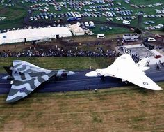 Woodford Aerodrome, The famous Avro Vulcans Military Jets, Military Weapons, Military Aircraft, Vickers Valiant, V Force, Avro Vulcan, Delta Wing, Falklands War, Air Festival