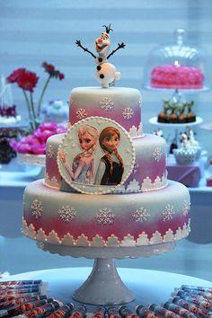 Bolo cenográfico tema Frozen                                                                                                                                                      Más Frozen Castle Cake, Frozen Cake, Bolo Elsa, Pastel Frozen, Frozen Biscuits, Ana Frozen, Camo Wedding Cakes, Elsa Cakes, Disney Frozen Birthday