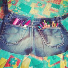 Non capisco come mai nel corso della vita i jeans si restringono. Buttarli!!! Sacrilegio. E cosí  é nato il nuovo grembiule da lavoro dei miei artisti. I love you ♥ For my artists' tools