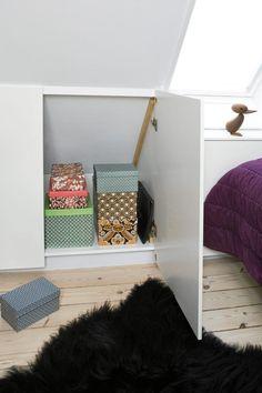 Har du et rom med skråtak, kan du med fordel bruke den nederste delen til skap. Denne delen av veggen er ellers vanskelig å få utnyttet. Her er det bygget ekstra dype skap som gir plass til oppbevaring av tøy, sko, sengetøy og mye mer. Styling: Pernille Bustrup.