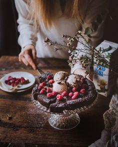 Vegaaninen mutakakku Sweet Desserts, No Bake Desserts, Vegan Desserts, Delicious Desserts, Vegan Recipes, Dessert Recipes, Vegan Baking, Vegan Food, Piece Of Cakes