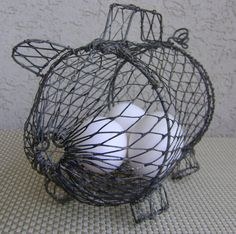 Wire Pig Basket ~ could make this out of chicken wire, place in garden and grow ivy or something else on it. Much larger, of course. Pig Kitchen Decor, Kitchen Themes, Shabby Chic Kitchen, Kitchen Gifts, Kitchen Redo, Three Little Piggies, This Little Piggy, Little Pigs, Pig Ideas