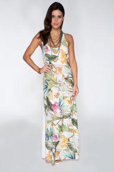 Vestido longo com estampa tropical, ótima proposta para o alto verão.