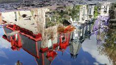 Reflet d'une rue de Montréal dans une flaque d'eau