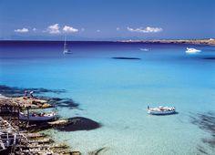 Cala Saona, Formentera. De aguas tranquilas, en esta agradable cala cercana al municipio de Sant Francesc se practica el nudismo. Encajada entre dos acantilados, su fina arena blanca y sus aguas cristalinas lo convierten en un lugar idóneo para descansar y disfrutar del mar.