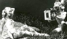 Jedním ze světových průkopníků fotografování pod vodou byl Američan Bruce Mozert. Slavné byly například jeho fotografie zfloridského Silver Springs, které měly propagovat toto místo smimořádně čistou vodou. Tam od roku 1938 fotil Mozert také modelky, jak si pod vodou čtou či pijí šampaňské.