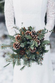 Pine cone wedding bouquet for winter wedding wedding winter Elegant Winter Wedding, Winter Wedding Flowers, Winter Bride, Winter Love, Chic Wedding, Summer Wedding, Snow Wedding, Wedding Forrest, Winter Green