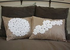 At Second Street: yo-yo pillows- AccuQuilt tutorial Cute Pillows, Diy Pillows, Decorative Pillows, Throw Pillows, Pillow Ideas, Fabric Crafts, Sewing Crafts, Sewing Projects, Support Photo