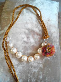 Perla, flor de seda y cordón