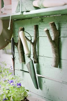 Zelf maken: oppottafel ~garden hand tool hangers cut from tree and shrub prunings and mounted with screws~ Garden Crafts, Garden Projects, Garden Art, Garden Tools, Garden Design, Tool Hangers, Tool Hooks, Vegetable Crates, Diy Hooks