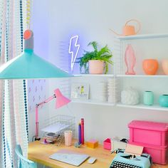 Mijn werkplekje ... blijft nog steeds een heerlijk inspirerend hoekje lekker veel 80s accessoires roze lampje is nieuwe aanwinst ! Kocht het bij @vintagexplosion op de klein Berlijn markt vorige maand fijne avond !! ******************************* my office , still a happy inspiring place for me to work with a lot of 80s stuff from the thriftshop