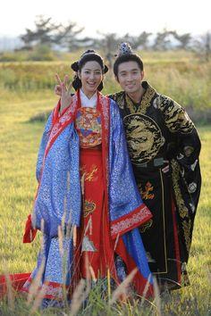 """Park Se Young como la Reina Nogook y Ryu Deok Hwan como el Rey Gong Min en el set de """"Faith"""""""