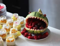 Maria Kangaskortetin ihana kakku pienille lapsille tehdyssä juhlapöydässä. Party Time, Halloween Party, Smoothie, Watermelon, Panna Cotta, Raspberry, Pudding, Baking, Fruit