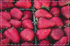 Sezon na truskawki się rozkręca. Zajadajcie się nimi na zdrowie i… szczupłą sylwetkę. Zawarte w nich substancje pobudzają pracę jelit, regulują trawienie oraz przyśpieszają przemianę materii, przy czym porcja 100 g truskawek ma zaledwie 28 kcal.