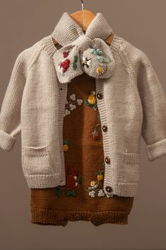 Newborn Baby Gifts, Newborn Outfits, Baby Girl Newborn, Kids Outfits, Baby Knitting, Crochet Baby, Baby Cross Stitch Patterns, Fall Mini Sessions, Knitted Baby Cardigan