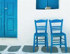 Sillas fuera de una casa griega (© Getty Images)