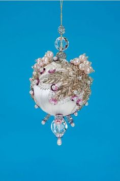 Create this beaded ornament to add some sparkle to your Christmas tree this holiday season. Glass Pendants, Glass Beads, Diy Christmas Ornaments, Christmas Ideas, Homemade Ornaments, Beaded Ornaments, Beaded Flowers, All Things Christmas, Jewelry Making
