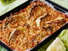 Lapsetkin tykkäävät, kun kaaliveneet seilaavat ruokapöytään makaroniaalloilla. Lihattoman laatikon makuyllätys on munamaitoon sekoitettu savujuustokerma. Polenta, I Love Food, Lasagna, Cabbage, Food And Drink, Cooking Recipes, Vegetarian, Pasta, Dinner