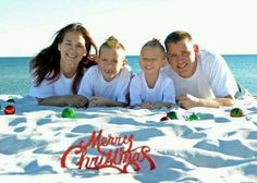 Cute idea for a Christmas photo shoot Beach Christmas Pictures, Family Beach Pictures, Holiday Pictures, Christmas Photo Cards, Christmas Photos, Xmas Pics, Beach Pics, Christmas Portraits, Christmas Photography