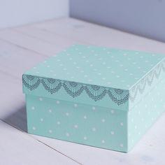 Kubek, dzięki swojemu pięknemu opakowaniu, jest idealnym pomysłem na prezent dla bliskiej Ci osoby. Delikatne naczynie w kolorze zielonym ozdobione jest białymi groszkami oraz różowymi falbankami. Wykończone na krawędziach połyskującym złotem.