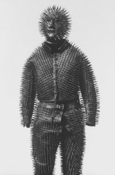 Siberian bear-hunting armor, leather suit, metal helmet. Photo Malcolm Kirk (armure anti-ours)