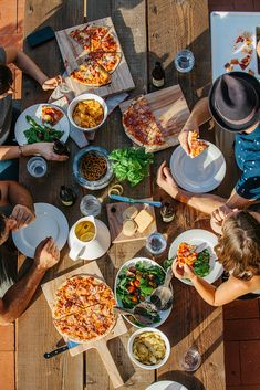 dining al fresco - love the pizza idea! like a picnic in your backyard. Pizza Fitness, Menu Brunch, Food Porn, Dinner With Friends, Food Styling, Love Food, Food Photography, Lifestyle Photography, Food And Drink