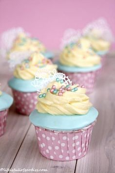 Ein Vanilla Cupcake gehört mit Sicherheit zu den Klassikern unter den Cupcakes. Ein heller, luftig lockerer Muffinteig mit einem sahnigen und cremigen Vanillefrosting obendrauf. Wer kann denn da bitte widerstehen?! Also ich nicht! Ratz fatz gemacht ist der Muffin selbst. Er besteht aus einem vanilligen Rührteig, der super schnell zusammengerührt und gebacken ist.Allein in diesen …Weiterlesen…
