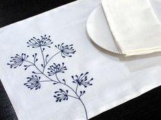Manteles de lino blanco con bordados de flores de Ixora en azul marino. El mantel de tela de lino blanco de capa 2 y mide 14 x 18. Este listado está