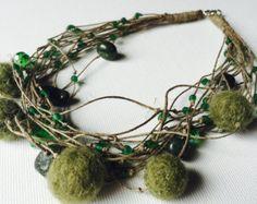 Etsy の Grey Linen Felt necklace by GreyHeartOfStone