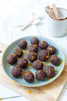 Waanzinnig lekkere no-bake brownieballetjes met sinaasappel. Je hebt ze lekker snel gemaakt en ze zijn extra crunchy dankzij de walnoot.