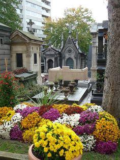 L'automne fleuri dans le cimetière du Père-Lachaise http://www.pariscotejardin.fr/2013/11/l-automne-fleuri-dans-le-cimetiere-du-pere-lachaise/