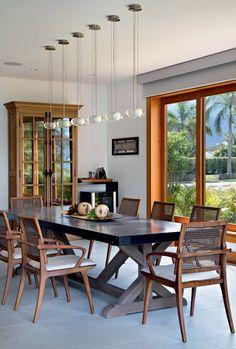 Sala de Jantar | A mesa com tampo de mármore foi comprada na Restoration Hardware, de Miami, e faz composição com as cadeiras Zig, da Way Design (Foto: Juliano Colodeti/MCA Estudio/Divulgação)
