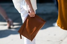 Street style à la Fashion Week printemps-été 2017 de New York : pochette cuir…