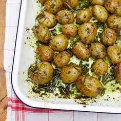 Verwarm de oven voor op 200 ºC. Kook500 gram nieuwe aardappels voor. Stamp1 eetlepel wilde knoflookblaadjes metzeezout in een vijzel. Voeg een scheut olietoe en maak er een pasta van. Schep doorde aardappels.    Verdeel...