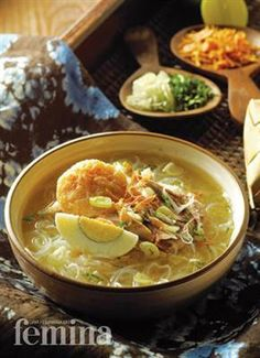 The ultimate soup of South Kalimantan. The thick gravy, with duck eggs, chicken and other delicacies best served with a wedge of lime and a chili sauce. Healthy Egg Recipes, Asian Recipes, Beef Recipes, Chicken Recipes, Cooking Recipes, Ethnic Recipes, Asian Foods, Chicken Soup
