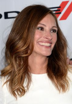 Julia Roberts Medium Wavy Cut - Julia Roberts wore her hair down with a side part and billowy waves during the Hollywood Film Awards. Big Nose Beauty, Hair Beauty, Down Hairstyles, Easy Hairstyles, Sombre Hair Color, Julia Roberts Hair, Hair Colours 2014, Deep Auburn Hair, Wavy Haircuts