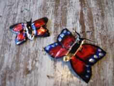 vlinders, uit een blikje geknipt,met watervaste stift gekleurd