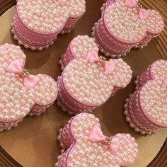 No photo description available. Minnie Mouse Rosa, Minnie Mouse Cake, 2nd Birthday Party Themes, Minnie Mouse 1st Birthday, Mouse Parties, Cakepops, Baby Shower Decorations, First Birthdays, Alice