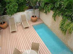 Encajar una pequeña piscina en un patio pequeño.