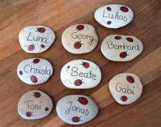 Hier sehen Sie eine kleine Auswahl meiner bemalten Namenssteine. Jeder Stein wird liebevoll von mir bemalt.   Bitte teilen Sie mir bei der Bestellung Ihren Namenswunsch und die gewünschte...