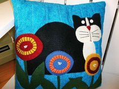 Cat Wool Felt Applique Pillow cute with yo-yos Applique Pillows, Felt Applique, Sewing Pillows, Applique Quilts, Felt Pillow, Quilted Pillow, Quilting Projects, Sewing Projects, Felted Wool Crafts