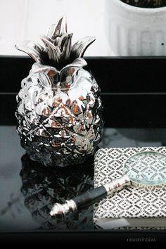 Glänzender, edler Blickfang in Ihrem Zuhause! Maße: 15 x 9 cm Material: Keramik, schwere Ausführung Farbe: silber mit schwarzem Schimm...