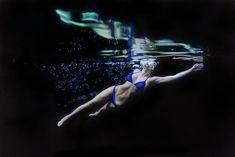 As pinturas hiper-realistas de mulheres nadando e mergulhando de Matt Story