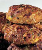 Karbanátky dědy Bohouše - vyzkoušeno, vynikající, dochucení je dost výrazné, stejné množství na 1,75 kg bylo akorát..koření na mleté maso obsahuje: sůl (40%), česnek, cibule, pepř, majoránka, drcený kmín. Hamburger And Sausage Recipe, Sausage Recipes, Czech Recipes, Ethnic Recipes, Easy Cooking, Cooking Recipes, Ground Meat Recipes, Saveur, Food 52