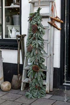 63 creative diy outdoor christmas decoration ideas page 22 Christmas Swags, Woodland Christmas, Noel Christmas, Rustic Christmas, Winter Christmas, Christmas Crafts, Primitive Christmas, Country Christmas Decorations, Xmas Decorations