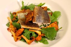 Trout filet with arugula and chanterelles - Forellenfilet mit Rucola-Eierschwammerl-Salat